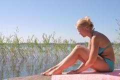 Signora in bikini blu immagini stock
