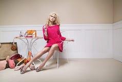 Signora elegante con molti accessori per il vestiario immagine stock