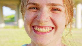 Signora bionda emozione Sorriso video d archivio