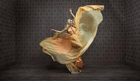 Signora bionda espressiva splendida che porta vestito favoloso immagine stock