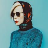 Signora bionda in sciarpa tradizionale Fotografia Stock Libera da Diritti