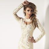 Signora bionda sexy in vestito dall'oro fotografia stock