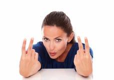 Signora in blusa blu che fa due segni di vittoria Fotografie Stock