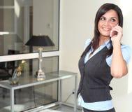 Signora Busty che comunica sul cellulare mobile Fotografie Stock