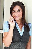 Signora Busty che comunica sul cellulare mobile Fotografia Stock
