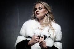 Signora in cappotto di pelliccia Immagini Stock