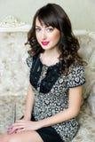 Signora castana in un vestito delicato dal pizzo fotografie stock