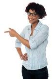 Signora casuale di affari che indica lateralmente fotografia stock libera da diritti