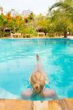 Signora caucasica che galleggia nella piscina fotografia stock libera da diritti