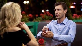 Signora che accetta proposta per sposare uomo caro, data romantica, decisione importante immagine stock libera da diritti