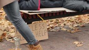 Signora che aiuta l'uomo senza tetto povero gettando i dollari dentro può, la carità, povertà stock footage