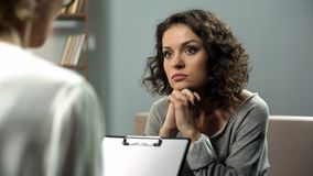 Signora che ascolta attentamente il suo consiglio dello psicoterapeuta, salute mentale, speranza fotografia stock libera da diritti