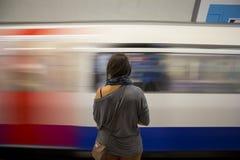 Signora che aspetta un treno Immagini Stock Libere da Diritti