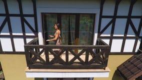 Signora che balla sul balcone, si gode di, bella donna si muove verso musica da ballo video d archivio