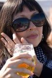 Signora che beve un vetro di birra Fotografia Stock Libera da Diritti