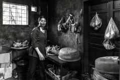 Signora che cucina cucina interna in un piccolo villaggio in Sapa, Vietnam fotografia stock libera da diritti
