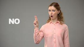 Signora che dice no nel linguaggio dei segni, testo su fondo, comunicazione per sordo stock footage