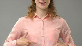 Signora che dice vita sentimentale dei nel linguaggio dei segni, insegnante che mostra le parole nell'esercitazione di asl archivi video