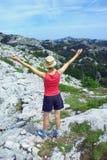 Signora che esprime felicità nelle montagne Fotografia Stock Libera da Diritti