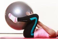 Signora che fa allenamento con la palla di misura Fotografie Stock Libere da Diritti