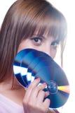 Signora che giudica un CD o un dvd, isolato su bianco Immagini Stock