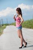 Signora che gode del suo gelato all'aperto Fotografia Stock Libera da Diritti