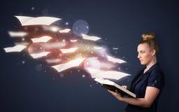 Signora che legge un libro Fotografia Stock Libera da Diritti