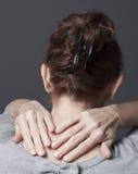 Signora che massaggiano le sue spalle e testa Fotografia Stock Libera da Diritti