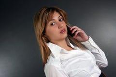 Signora che parla dal telefono Immagine Stock