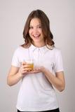 Signora che posa con il vetro di succo Fine in su Priorità bassa bianca Immagini Stock