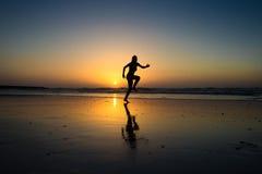 Signora che salta su una spiaggia Fotografie Stock Libere da Diritti