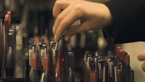Signora che sceglie i prodotti di bellezza professionali, industria di bellezza, consumismo video d archivio