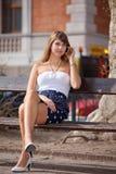 Signora che si distende sul banco di sosta Fotografia Stock