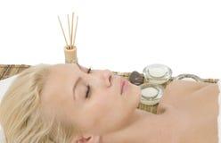 Signora che si distende sulla stuoia di massaggio Fotografia Stock