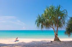 Signora che si rilassa sulla spiaggia di sabbia bianca a Phuket Thialand immagini stock