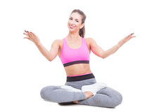 Signora che si siede nella posizione di yoga con le gambe attraversate Immagine Stock Libera da Diritti