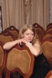 Signora che si siede nella sala fotografie stock