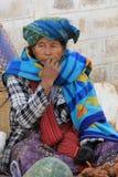 Signora che si siede vicino ai suoi prodotti nel mercato di Kalaw fotografie stock libere da diritti