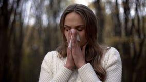 Signora che starnutisce e che soffia il suo naso nel tovagliolo, allergie stagionali, epidemia fotografia stock