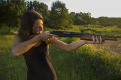 Signora che tende fucile da caccia Fotografie Stock