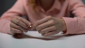 Signora che tiene fede nuziale dorata, problemi della famiglia, divorzio, aiuto psicologico video d archivio