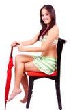 Signora che tiene un ombrello rosso fotografie stock libere da diritti