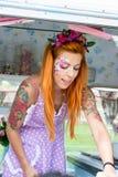 Signora con capelli rossi che indossano un gelato macchiato del servizio del grembiule per fotografia stock libera da diritti