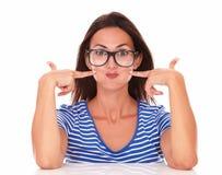 Signora con gli occhiali che fanno un fronte divertente Immagine Stock Libera da Diritti