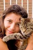 Signora con il gatto di Tabby fotografie stock