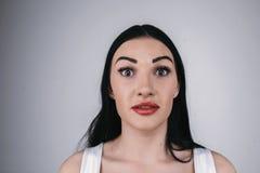 Signora con il ritratto bianco della camicia dell'occhio spalancato isolato Immagini Stock Libere da Diritti