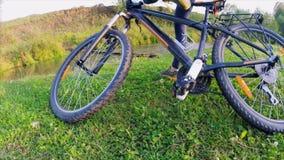 Signora con la bici archivi video