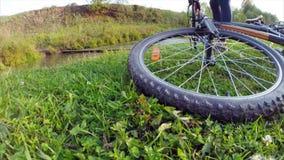 Signora con la bici video d archivio