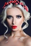 Signora con la corona delle bacche rosse fotografia stock libera da diritti