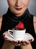 Signora con la tazza del coffe Immagini Stock